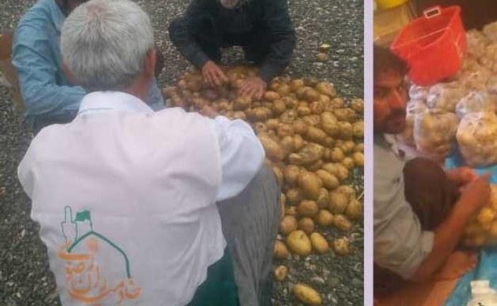 """"""" وقف – نذر """" رسانه رضوی علیه آلاف التحیه و الثناء ( رواپرس ) / توزیع بیش از ۲ تن سیب زمینی بین نیازمندان منوجانی توسط خادمیاران رضوی"""