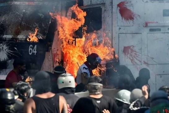 معترضان در شیلی ۲ کلیسا را آتش زدند